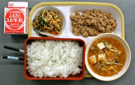 Japanse School Lunch Day One - The Japan Guy